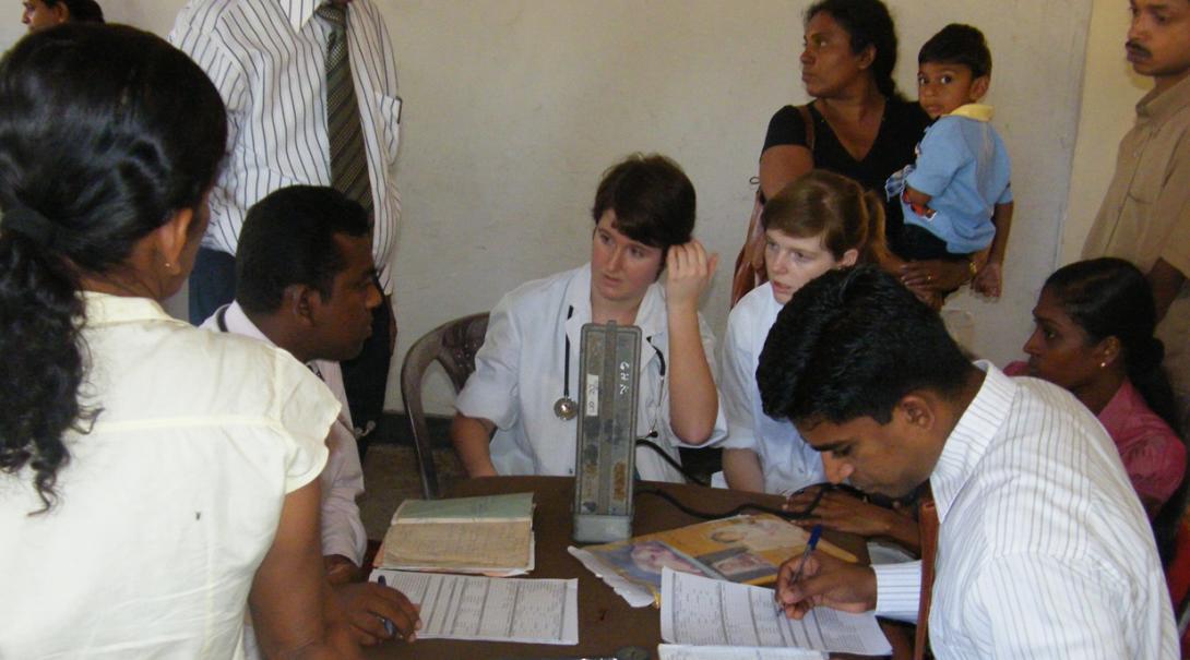 スリランカで医師から学ぶ助産師インターンたち